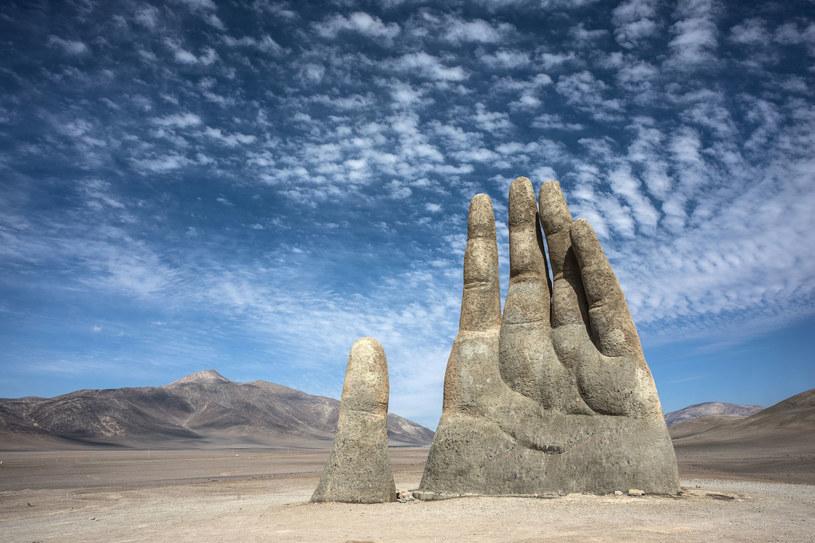 Mano de Desierto - rzeźba znajdująca się na na pustyni Atakama, najbardziej suchym miejscu na świecie /123RF/PICSEL
