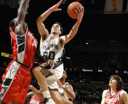 Manu Ginobili pod koszem rywali. Spurs-Bobcats 92:95 /AFP