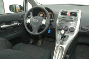 Manualna klimatyzacja i kierownica obszyta skórą należą do standardu w wersji Luna. /Motor
