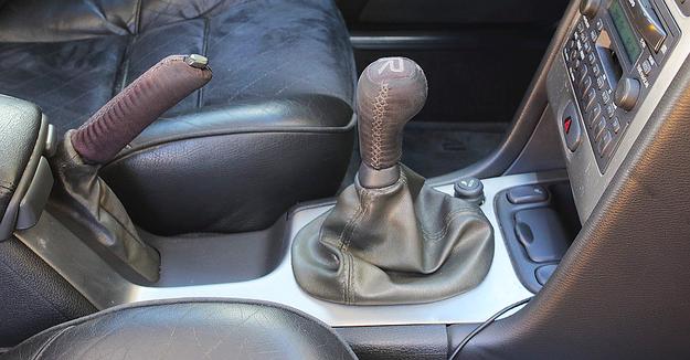 """Manualna skrzynia biegów w V70 R została wyposażona w tzw. """"szperę"""". /Motor"""