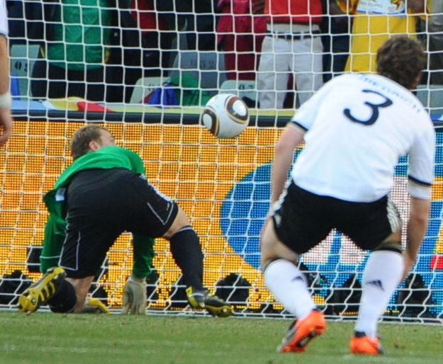 Manuel Neuer przygląda się piłce kopniętej przez Franka Lamparda /AFP