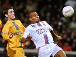 Maoluda i Guillon walczą o piłkę. OL-Nantes 2:0 /AFP