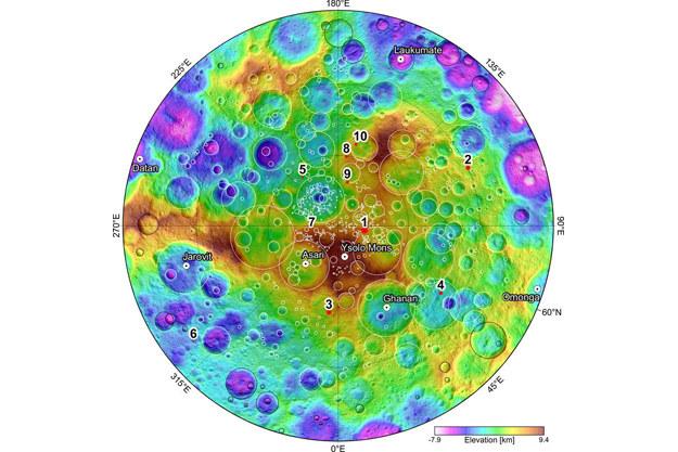 Mapa północnych obszarów Ceres z zaznaczonymi 10 miejscami, gdzie wykryto słabą poświatę od lodu wodnego /materiały prasowe