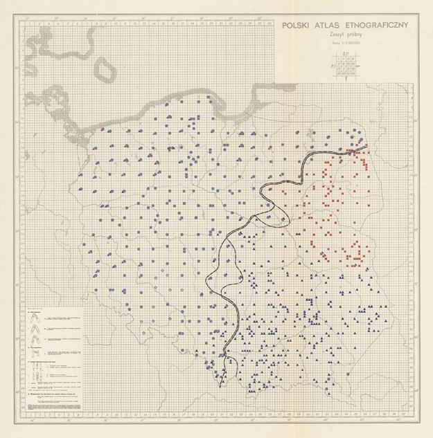 Mapa Polskiego Atlasu Etnograficznego, prezentująca zasięg występowania różnych form cepów, takich jak cepy kapicowe czy gązewkowe.