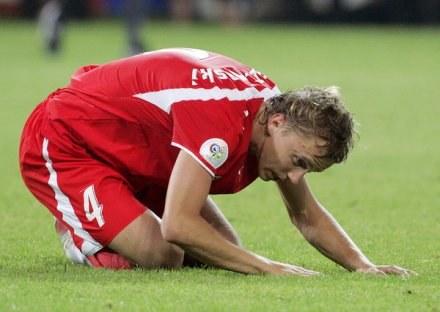 Marcin Baszczyński jest poobijany po meczu z Lechem /AFP