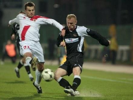 Marcin Bojarski (z lewej) ambitną walkę przypłacił ciężką kontuzją. /Agencja Przegląd Sportowy
