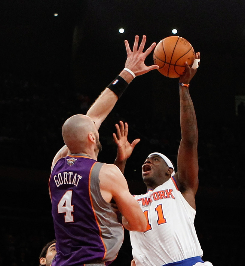 Marcin Gortat kontra Ronnie Brewer z New York Knicks /AFP