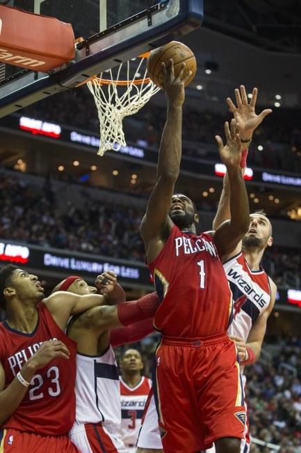 Marcin Gortat podczaas meczu z New Orleans Pelicans /JIM LO SCALZO /PAP/EPA