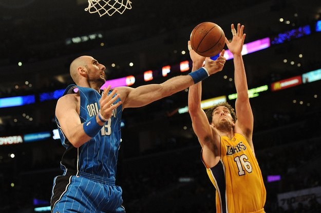 Marcin Gortat (przy piłce) w meczu z Los Angeles Lakers /AFP