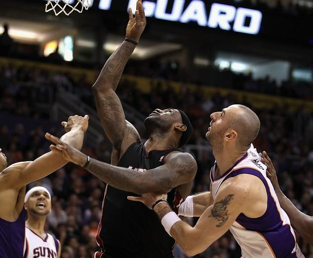 Marcin Gortat (Suns) i LeBron James (Heat)/fot. Christian Petersen /Getty Images/Flash Press Media