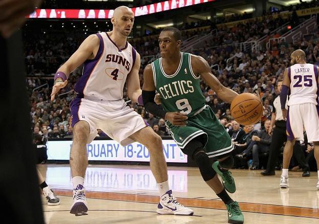 Marcin Gortat w walce z Rajonem Rondo z Boston Celtics /AFP