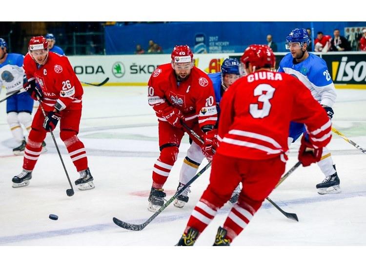 Marcin Kolusz (1. z lewej) będzie grał z Krzysztofem Zapałą (w środku) nie tylko w reprezentacji Polski, ale też w Podhalu. Z prawej Bartosz Ciura w meczu z Kazachstanem na MŚ w Kijowie. Fot. Andriej Basewicz/IIHF.com /Informacja prasowa
