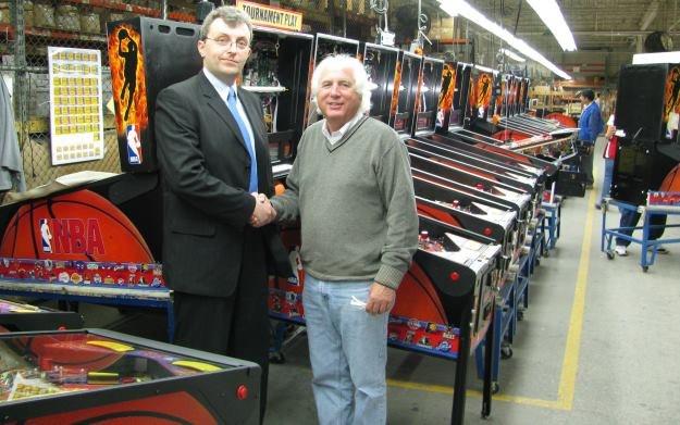 Marcin Krysiński (z lewej) z wiodącym producentem flipperów Stern Pinball, Garym Sternem - z archiwum MK /materiały prasowe