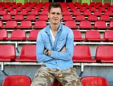 Marcin Krzywicki strzela gola z połowy boiska!