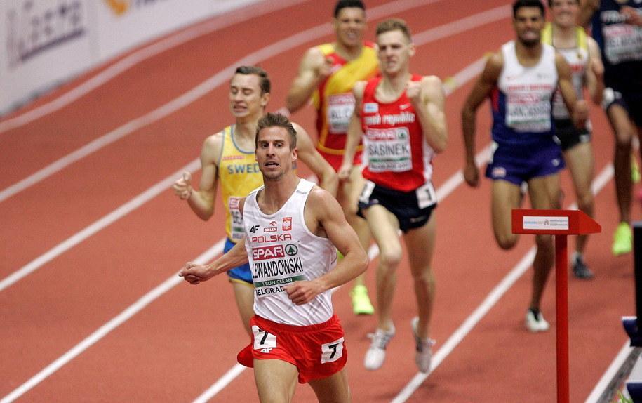 Marcin Lewandowski w finale biegu na 1500 m podczas HME w Belgradzie /Aleksandar Kokovic/Anadolu Agency/Abaca /PAP