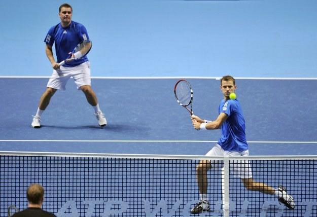 Marcin Matkowski (z lewej) i Mariusz Fyrstenberg mają szansę zagrać w półfinale turnieju Masters /AFP