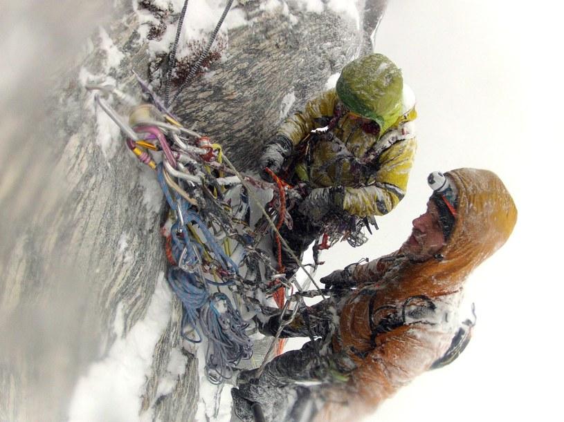 Marcin Tomaszewski oraz Marek Raganowicz wytyczają nową drogę na północnej ścianie Trollveggen w Norwegii. Fot: facebook.com/MarcinYetiTomaszewski /facebook.com
