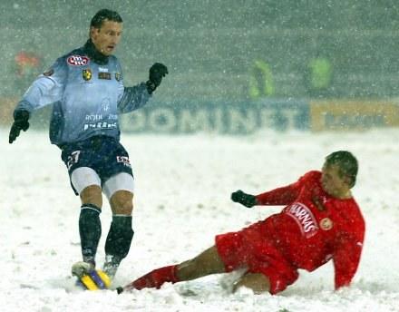 """Marcinowi Chmiestowi (z prawej) obficie padający śnieg nie przeszkodził w """"ustrzeleniu"""" hat-tricka /Agencja Przegląd Sportowy"""