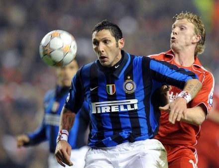 Marco Materazzi nieodpowiedzialnym faulem osłabił Inter już w 30. minucie /AFP