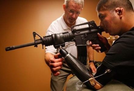 Marco Robledo ćwiczy korzystając z nowej protezy. /AFP