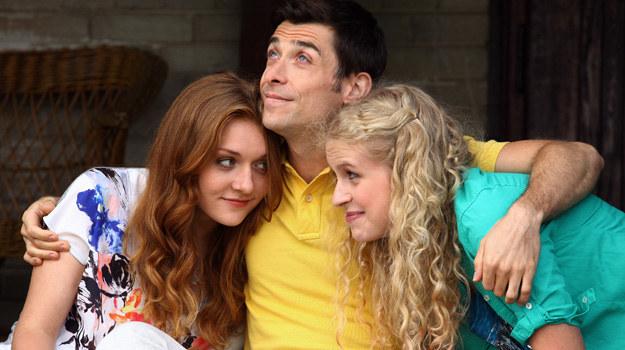 Marek (Kacper Kuszewski)i jego dwie adoptowane córki - Natalka (Marcjanna Lelek,z prawej) i Ula (Iga Krefft). /Agencja W. Impact