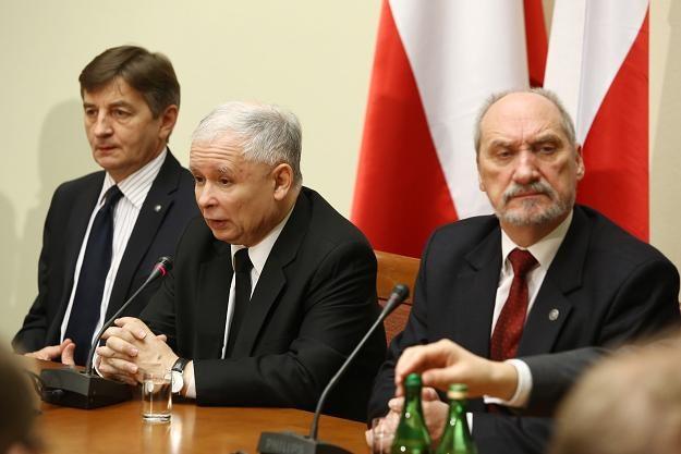 Marek Kuchciński (L), prezes PiS Jarosław Kaczyński (C) i Antoni Macierewicz /fot. Tomasz Gzell /PAP