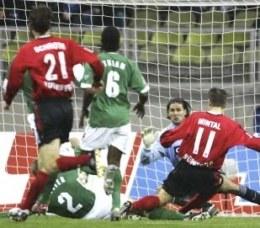 Marek Mintal pierwszego gola w meczu z VfL strzelił już w 47 sekundzie. Nurnberg-VfL 4:0 /AFP