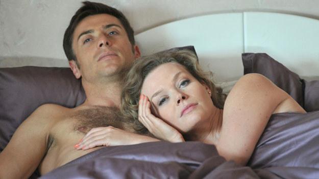 Marek Mostowiak (Kacper Kuszewski)  wda się w romans z Anną (Tamara Arciuch) /Agencja W. Impact