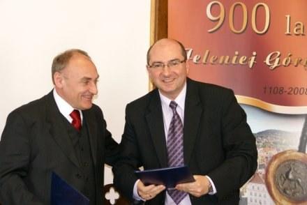 Marek Obrębalski i Czesław Lang tuż po zawarciu umowy /Informacja prasowa