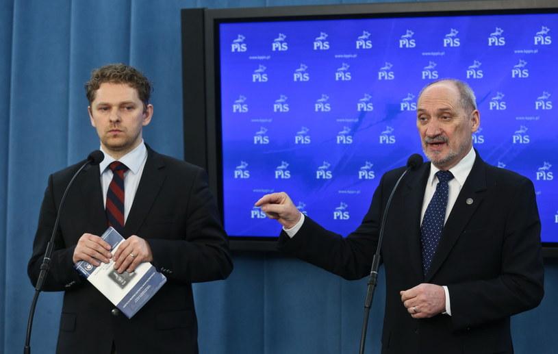 Marek Opioła i Antoni Macierewicz /Rafał Guz /PAP