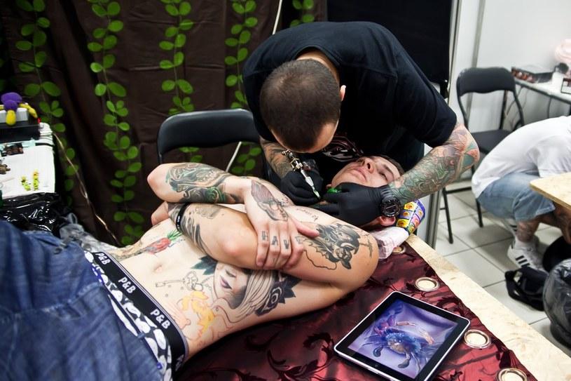 Marek Pawlik przy pracy podczas 6. edycji krakowskiej konwencji tatuażu Tattoofest /Daniel Staniszewski /Reporter