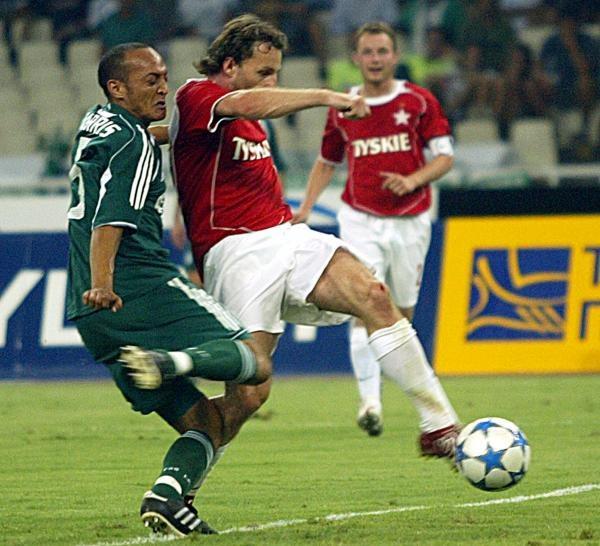 Marek Penksa strzelił Panathinaikosowi gola, ale sędzia Mike Riley nie uznał bramki /AFP