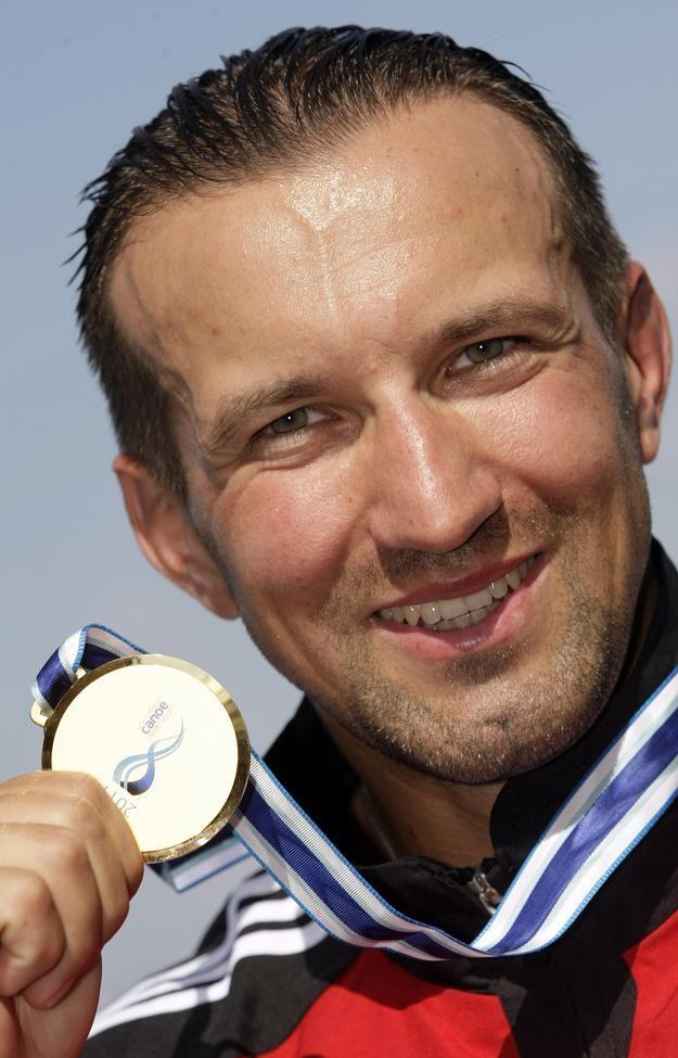 Marek Twardowski ze złotym medalem kajakarskich MŚ /AFP