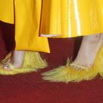 Margaret w żółtym lateksie i w butach z futerkiem