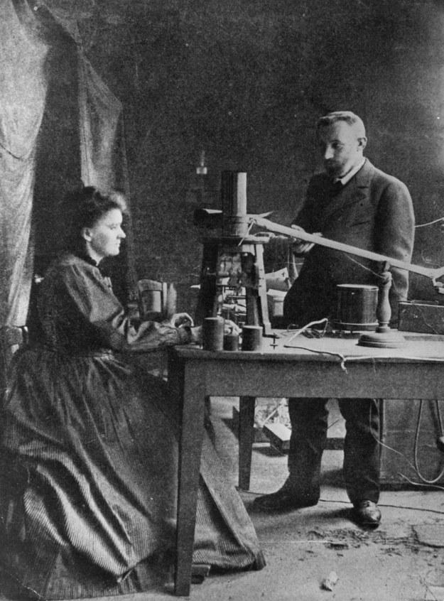 Maria Skłodowska-Curie i jej mąż Piotr Curie podczas pracy w laboratorium /Hulton Archive /Getty Images