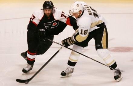 Marian Hossa (z prawej) i Ryan Percent z Philadelphia Flyers /AFP