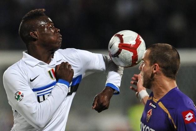 Mario Balotelli (z lewej; Inter) walczy o piłkę z Lorenzo De Silvestrim /AFP