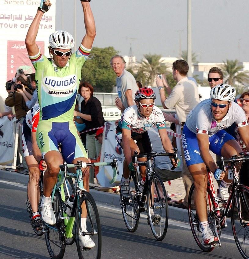 Mario Cipollini celebruje swoje zwycięstwo z 2005 roku /SHAJAHAN (PAP/EPA)  /PAP/EPA