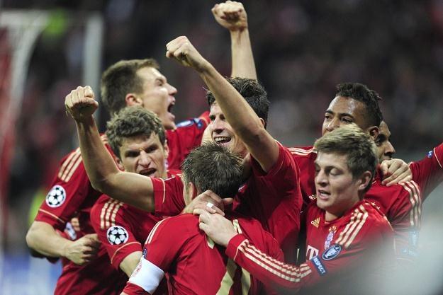 Mario Gomez i piłkarze Bayernu cieszą się po golu w 90. minucie spotkania /