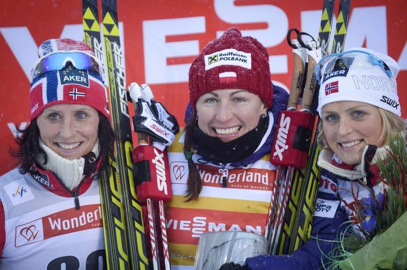 Marit Bjoergen, Justyna Kowalczyk i Therese Johaug na podium w Kuusamo /PAP/EPA