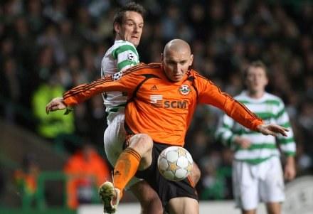 Mariusz Lewandowski w pomarańczowej koszulce walczy o piłkę /AFP
