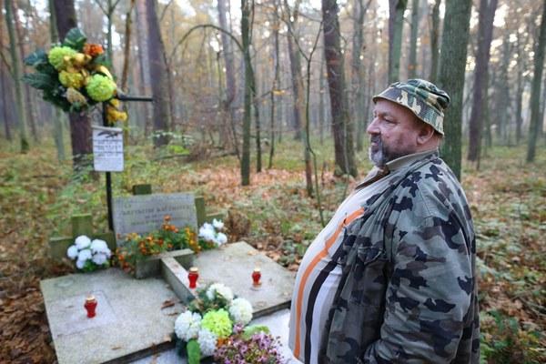 Pamiątkowy grób, który postawił Stanisław Kaczmarek (na zdjęciu), ojciec jednego z zamordowanych chłopców