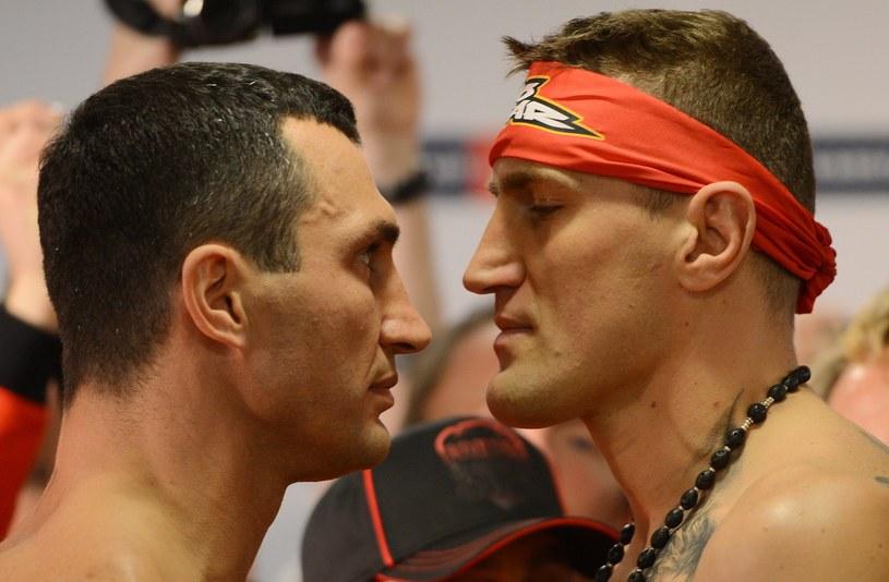 """Mariusz Wach (z prawej) podczas tradycyjnego """"face to face"""" z Władimirem Kliczką /AFP"""