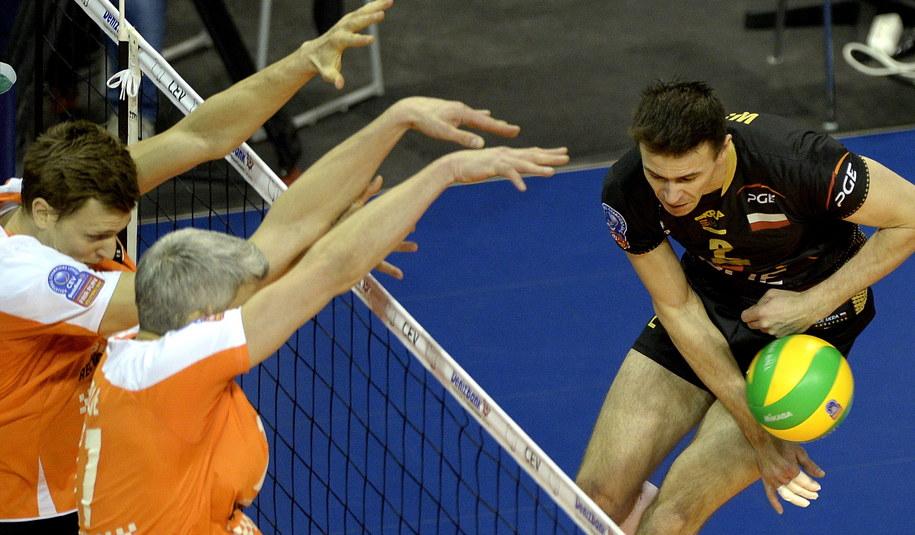 Mariusz Wlazły atakuje po bloku Roberta Kromma i Johannesa Bontje z Berlin Recyvling Volleys /Darek Delmanowicz /PAP
