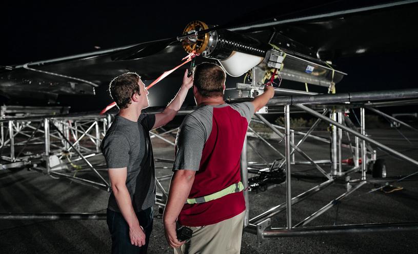 Mark sprawdza samolot przed testami /materiały prasowe