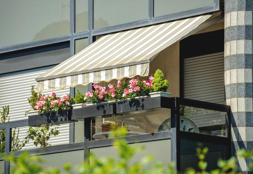 Markiza balkonowa z odpowiednio dobranej nieprzemakalnej tkaniny to świetna osłona przeciwsłoneczna i przeciwdeszczowa /©123RF/PICSEL