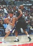 Marko Jaric (L.A. Clippers) mija Sama Cassella (Minnesota Timberwolves) /AFP
