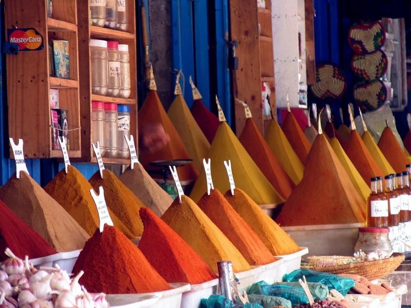 Marokańskie bazary, zwane sukami, to ogromna atrakcja turystyczna, ale lepiej zwiedzać je w zorganizowanej grupie /East News