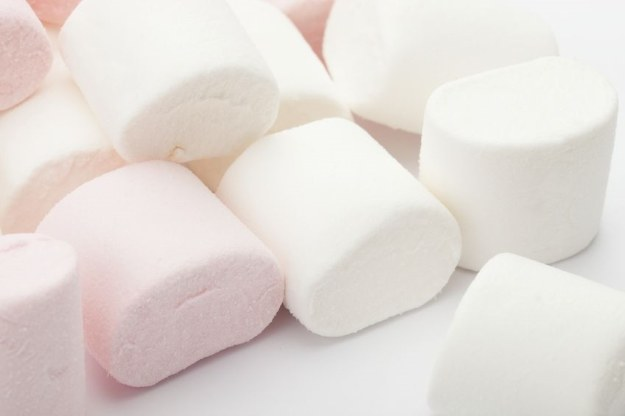 Marshmallow, czyli słodka pianka /123RF/PICSEL