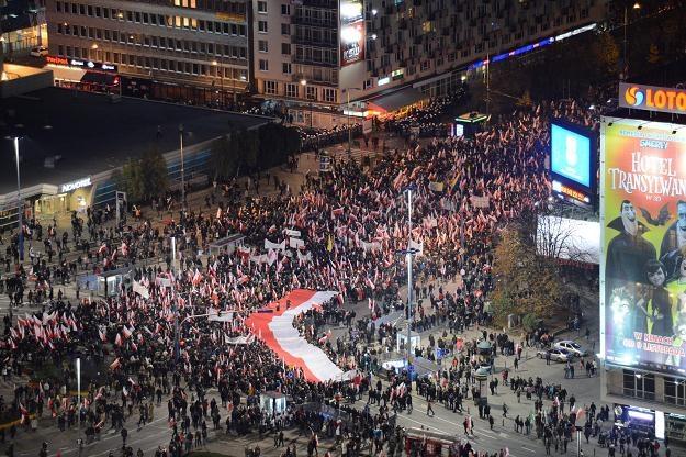"""Marsz Niepodległości """"Odzyskajmy Polskę"""" mija Rondo Dmowskiego i wchodzi w ulicę Marszałkowską, fot. /PAP"""